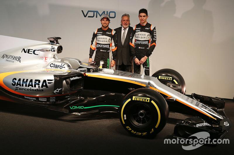 Sergio Perez bersama Dr. Vijay Mallya, pemilik tim Sahara Force India F1 Team, dan Esteban Ocon