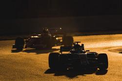 Marcus Ericsson, Sauber C36, devant Sebastian Vettel, Ferrari SF70H