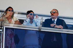 Presidente de Azerbaiyán, Ilham Aliyev y acompañantes