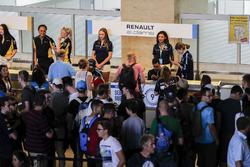 Sébastien Buemi, Renault e.Dams, e Nicolas Prost, Renault e.Dams firmano autografi all'eVillage