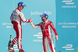 Nick Heidfeld, Mahindra Racing, si congratula con Felix Rosenqvist, Mahindra Racing, sul podio