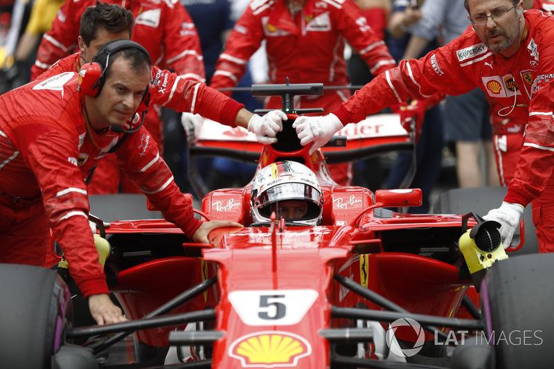 Sebastian Vettel, segundo no grid, tentaria ameaçar o inglês na prova para manter sua hegemonia no campeonato.