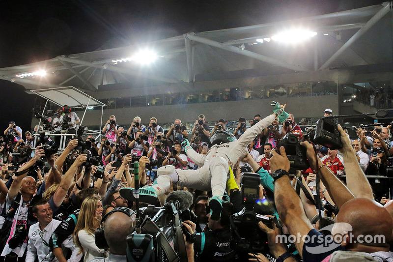 Nico Rosberg, Mercedes AMG F1 festeggia il suo Titolo Mondiale nel parco chiuso con il team e la moglie Vivian Rosberg