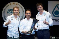 Нико Росберг, Mercedes AMG F1, и совладелец и исполнительный директор Mercedes AMG F1 Тото Вольф