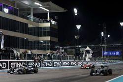 الفائز بالسباق لويس هاميلتون، مرسيدس، المركز الثاني وبطل العالم نيكو روزبرغ، مرسيدس