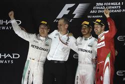 Podio: ganador de la carrera Lewis Hamilton, Mercedes AMG F1, segundo lugar y campeón del mundo Nico
