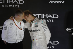 Podium: second place and new world champion Nico Rosberg, Mercedes AMG F1 with Tony Ross, race engin