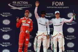 Sebastian Vettel, Ferrari; el poleman Lewis Hamilton, Mercedes AMG F1 y Valtteri Bottas, Mercedes AM