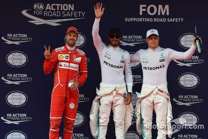 Sebastian Vettel, Ferrari; el poleman Lewis Hamilton, Mercedes AMG F1 y Valtteri Bottas, Mercedes AMG F1 celebran en parc fermé