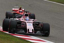 Sergio Perez, Force India VJM10; Kimi Räikkönen, Ferrari SF70H