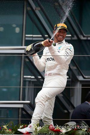 Podium: Lewis Hamilton, Mercedes AMG, spitzt Champagner