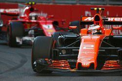 Stoffel Vandoorne, McLaren MCL32, Kimi Raikkonen, Ferrari SF70H