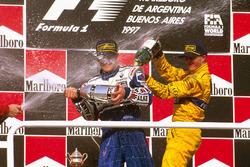 Podium: winnaar Jacques Villeneuve, Williams Renault, derde Ralf Schumacher, Jordan Peugeot