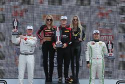 Podio: ganador de la carrera Patrick Long, Wright Motorsports, segundo lugar Adderly Fong, Absolute