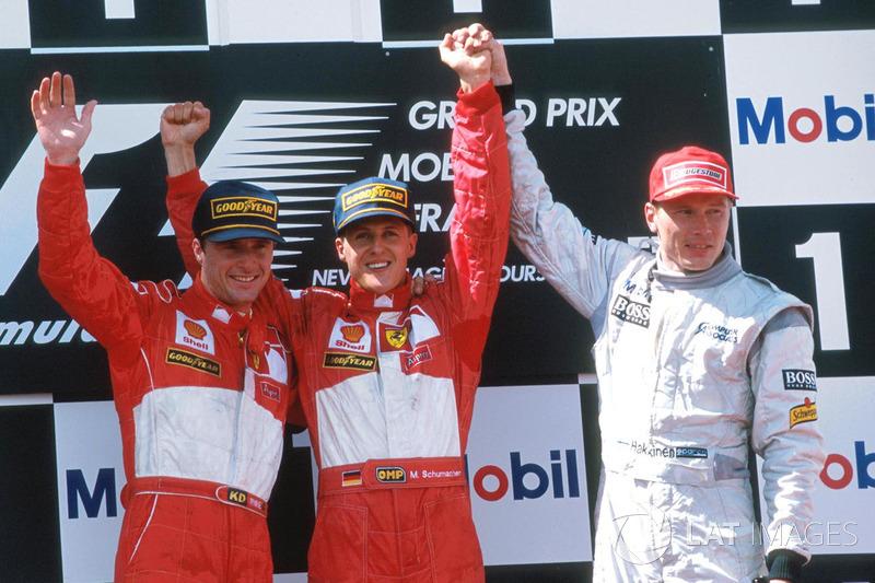 Podio: ganador de la carrera Michael Schumacher, Ferrari, segundo lugar Eddie Irvine, Ferrari, tercer lugar Mika Hakkinen, McLaren