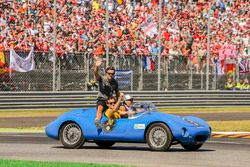 Fernando Alonso, McLaren, joins Jolyon Palmer, Renault Sport F1 Team, en el desfile