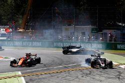 Fernando Alonso, McLaren MCL32, Romain Grosjean, Haas F1 Team VF-17, Jolyon Palmer, Renault Sport F1 Team RS17