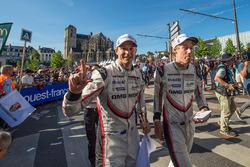 Гонщики Porsche Team Эрл Бамбер и Брендон Хартли
