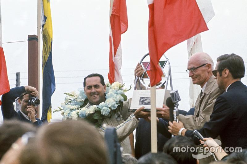 Джек Брэбем, Brabham BT24-Repco, празднует победу на подиуме