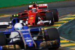Антонио Джовинацци, Sauber C36, и Кими Райкконен, Ferrari SF70H