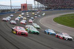 Jamie McMurray, Chip Ganassi Racing Chevrolet y Denny Hamlin, Joe Gibbs Racing Toyota