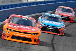 Kyle Larson, Chip Ganassi Racing Chevrolet, Kyle Busch, Joe Gibbs Racing Toyota y Erik Jones, Joe Gi