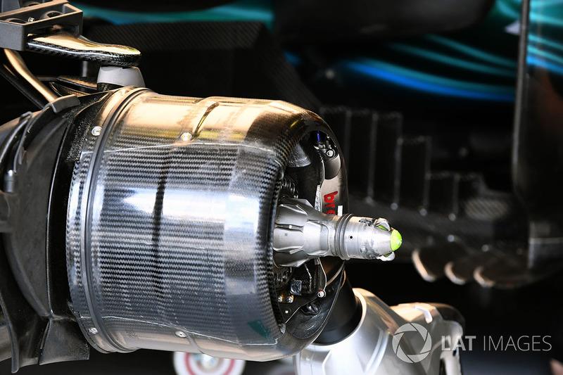 Un moyeu de roue avant de la Mercedes-Benz F1 W08 Hybrid