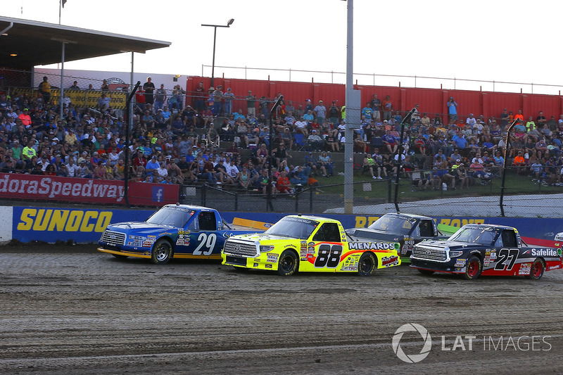 Chase Briscoe, Brad Keselowski Racing Ford y Matt Crafton, ThorSport Racing Toyota green flag start