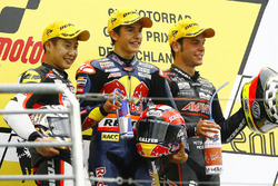 Podio: ganador Marc Márquez, segundo lugar Tomoyoshi Koyama y tercer lugar Sandro Cortese