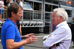Journalist Michael Schmidt en Charlie Whiting, FIA