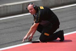 Un ingegnere Pirelli rileva la temperatura della pista
