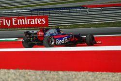 Carlos Sainz Jr., Scuderia Toro Rosso STR12 spint en gaat wijd