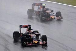 Daniil Kvyat, Scuderia Toro Rosso STR11, Carlos Sainz Jr., Scuderia Toro Rosso STR11