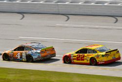 Kevin Harvick, Stewart-Haas Racing Ford y Joey Logano, Team Penske Ford