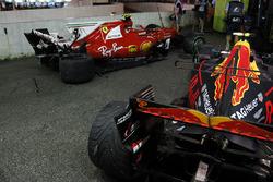 Autos von  Kimi Raikkonen, Ferrari SF70H und Max Verstappen, Red Bull Racing RB13, nach Crash