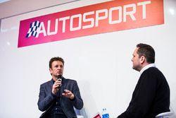 Allan McNish wordt geïnterviewd op de stand van Autosport