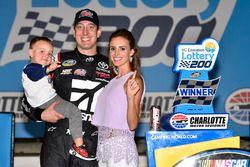 Race winner Kyle Busch, Kyle Busch Motorsports Toyota with wife Samantha and son Brexton