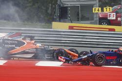 Max Verstappen, Red Bull Racing RB13, Fernando Alonso, McLaren MCL32, Daniil Kvyat, Scuderia Toro Rosso STR12, are involved in a crash at the start