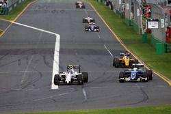 Valtteri Bottas, Williams FW38 et Marcus Ericsson, Sauber C35 en lutte pour une position