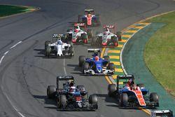 Jenson Button, McLaren MP4-31 et Pascal Wehrlein, Manor Racing MRT05