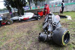 La McLaren MP4-31 de Fernando Alonso, McLaren et la Haas VF-16 d'Esteban Gutierrez, Haas F1 Team après leur accident