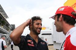 Daniel Ricciardo, Red Bull Racing, et Jean-Eric Vergne, pilote d'essais et de développement Ferrari