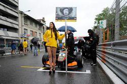 Grid girl, Callum Ilott, Van Amersfoort Racing Dallara F312 – Mercedes-Benz,