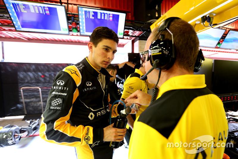 Esteban Ocon, Renault Sport F1 Team, junto al ingeniero Mark Slade en pruebas en el Circuito de Barcelona Catalunya