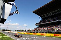 Max Verstappen, Red Bull Racing ilk F1 zaferinda damalı bayrağa ulaşıyor