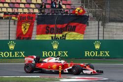 Sebastian Vettel, Ferrari SF16-H passe devant des fans