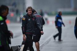 Un miembro del equipo de WSBK de Honda en el pitlane