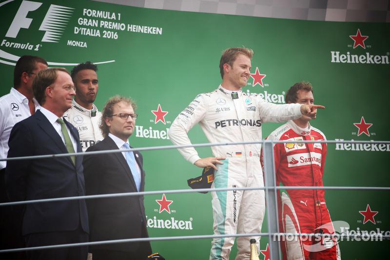 Ganador de la carrera Nico Rosberg, Mercedes AMG F1 celebra en el podio