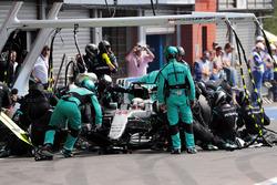 Lewis Hamilton, Mercedes AMG F1 W07 Hybrid hace una parada en boxes