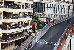 Lewis Hamilton, Mercedes AMG F1 W07 Hybrid, überholt Nico Rosberg, Mercedes AMG F1 W07 Hybrid